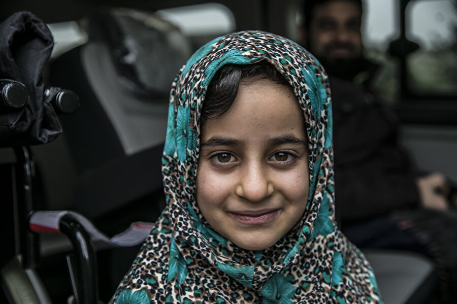 Küçük kızın mutluluğu gözlerinden okunuyor.