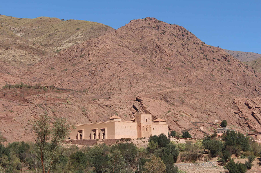İbn Tumert'in, öğretilerini yaymak için çekildiği Tinmel kasabası ve kendisi adına inşa edilen mescit.