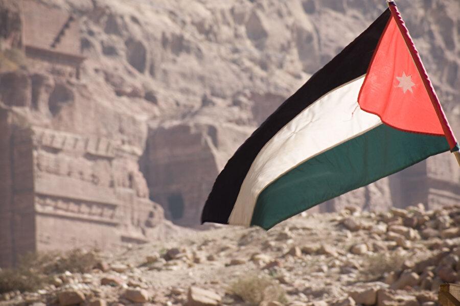 Günümüzde Ürdün bayrağında yer alan beyaz renk, Emevîlerin bayrağından alınmıştır. Beyaz renkli bayrak, Fas'ın tarihinde de kullanılmıştır.