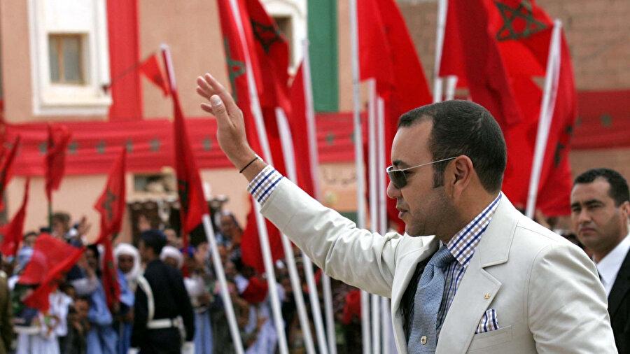 Fas Kralı Altıncı Muhammed, ülke bayrakları önünde halkı selamlarken...