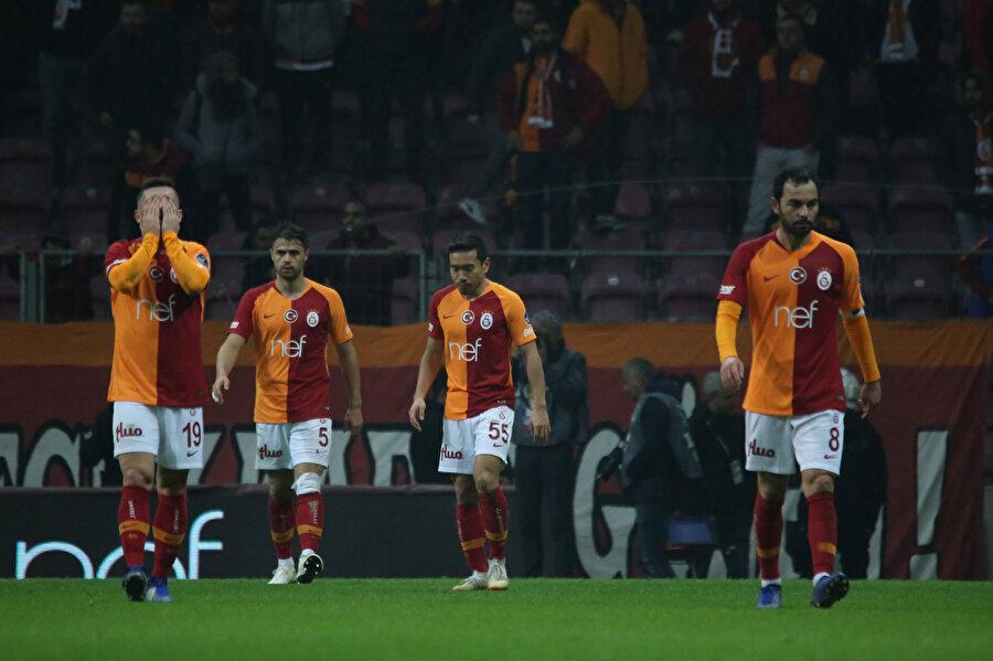 Galatasaraylı futbolcular sahadan 1 puanla ayrılmasının üzüntüsünü yaşıyor.