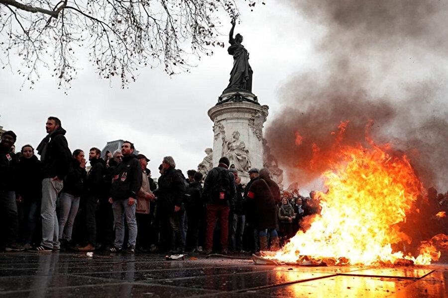 Paris'in simge yapıları eylemcilerin buluşma noktaları olmuş durumda.