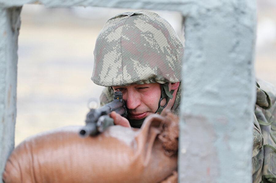 Askerler, yemin töreninden önce 25 metreden hedefi vurmaya çalışıyor.