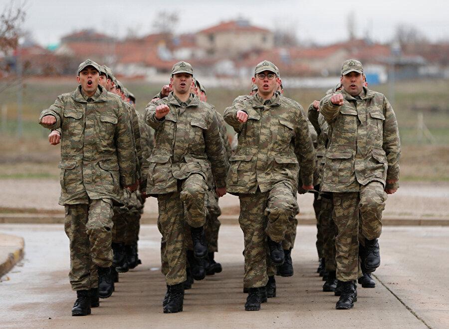 Askerler yanaşık düzen eğitimi alıyor.