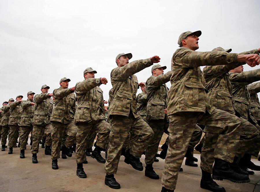 Bedelli askerlerin, yürüyüş eğitimi görüntülendi.