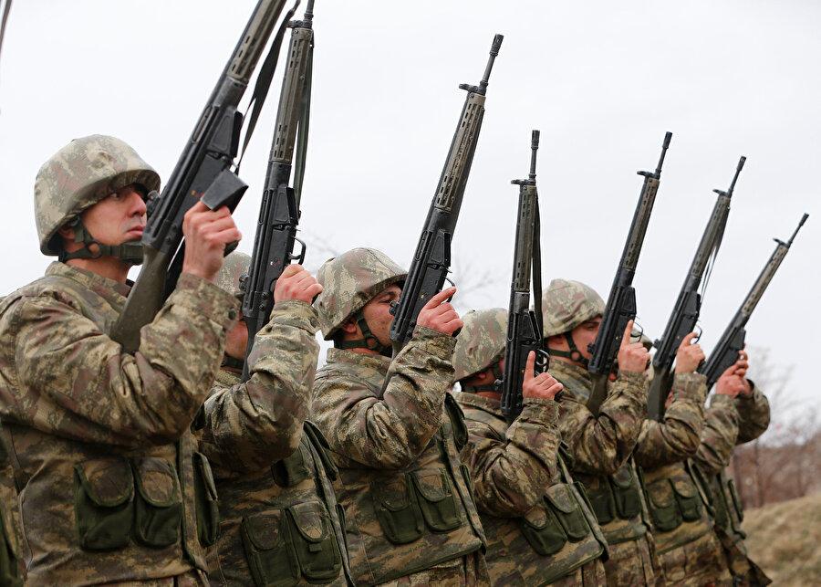 Tüfekli yanaşık düzen de askerlerin aldıkları eğitim arasında bulunuyor.