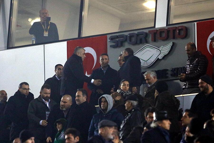 Fenerbahçe yönetimi şeref tribününde tartışma halinde...