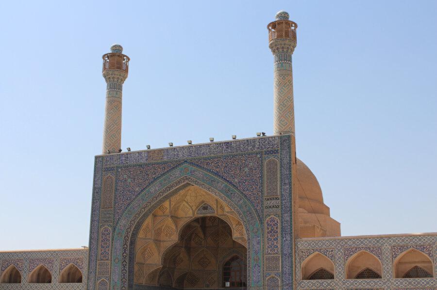Nizâmülmülk tarafından inşa ettirilen, İsfehan Cuma Camii'nin güneyinde yer alan kısım (Fotoğraf: Yusuf Sami Kamadan).
