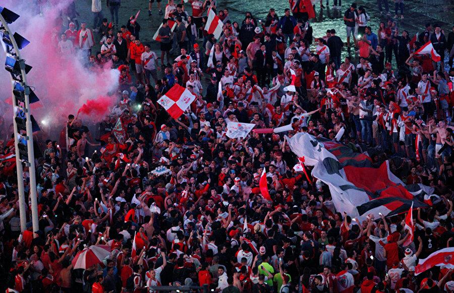 Maçın tamamlanmasının ardından River Plate taraftarı, Arjantin'de sokaklara döküldü.