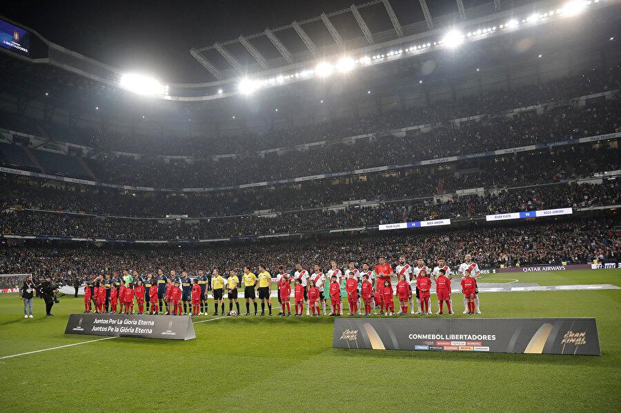 Her iki takım maç öncesinde seremonideki yerlerini alıyor...