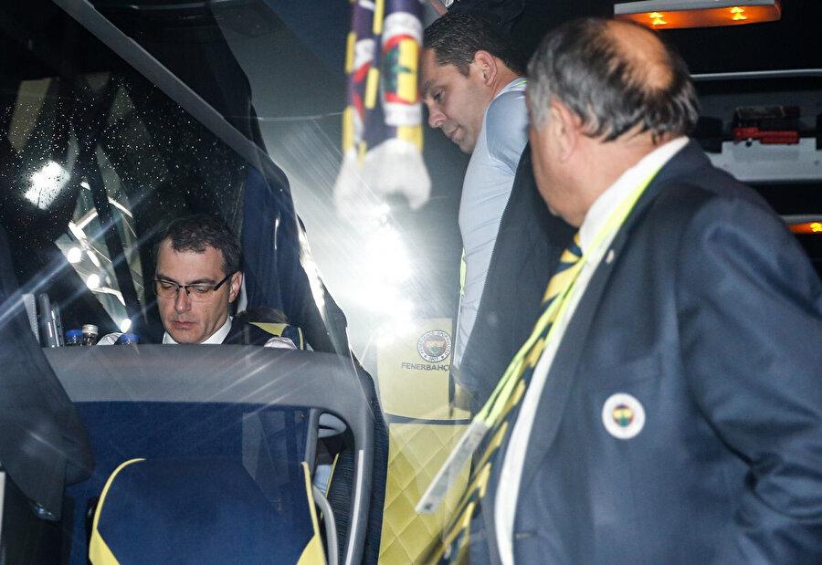 Fransız futbol adamı takım otobüsünün en önünde oturdu.