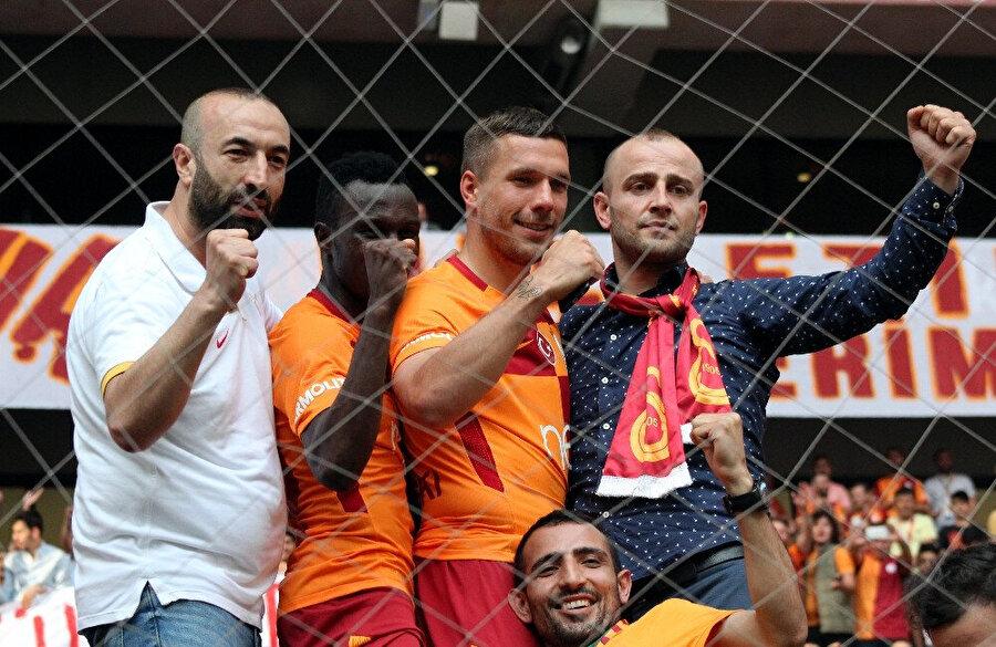 Arşiv: Podolski, Türk Telekom Stadyumu'nda Galatasaray taraftarı ile birlikte maç izliyor...