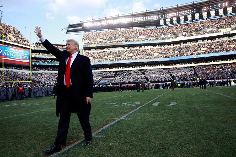 ABD Başkanı Donald Trump Philadelphia'daki 119. Ordu Donanması futbol maçında seyircileri selamladı.