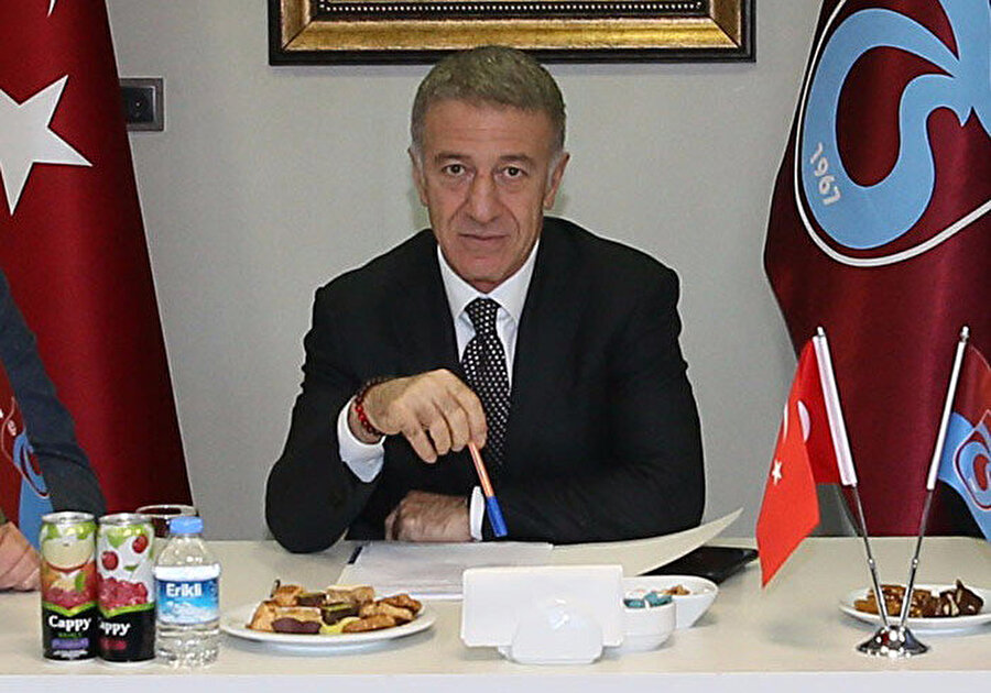 Ahmet Ağaoğlu, yeni yönetimle gerçekleştirilen ilk yönetim kurulu toplantısında foto muhabirlere poz veriyor...