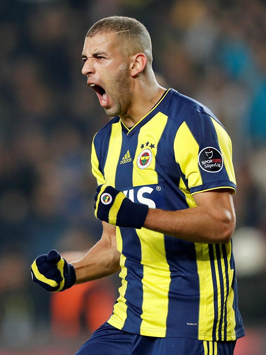 İslam Slimani gol sonrası sevinç yaşıyor.