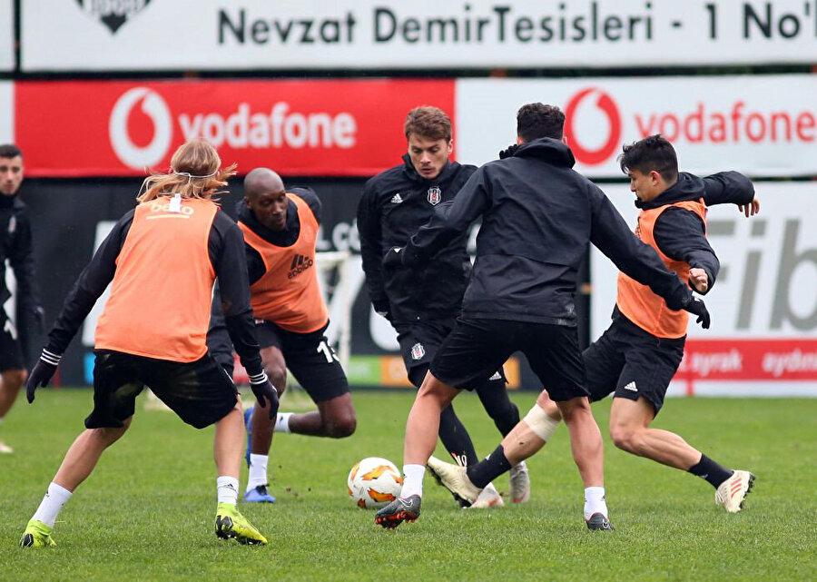 Beşiktaşlı oyuncular dar alanda pas çalışması yaparken...