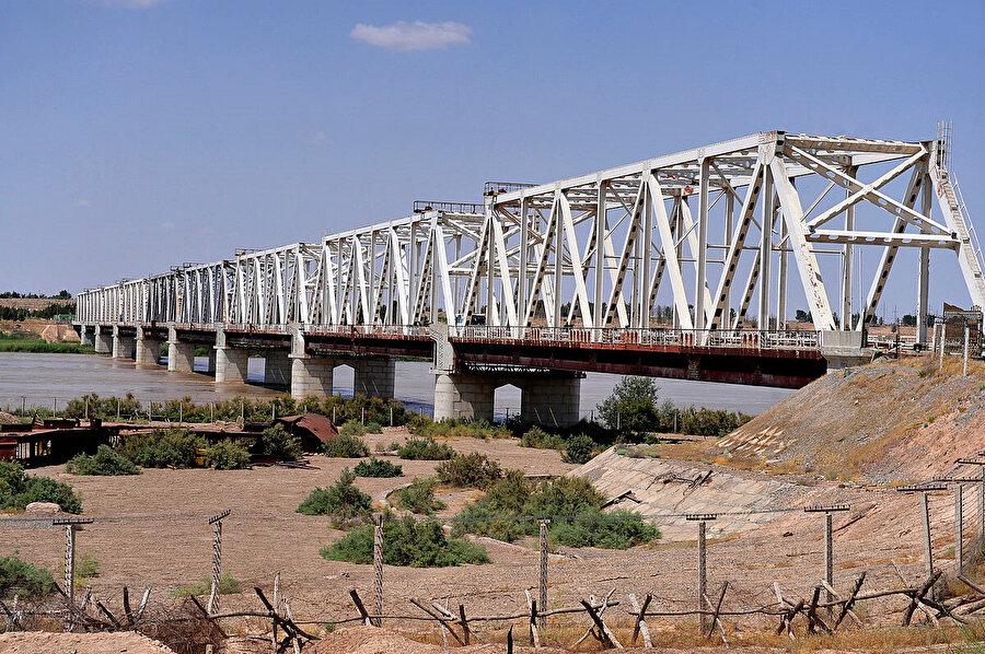 Bir başka ismi ''Dostluk Köprüsü'' olan 816 metre uzunluğundaki ''Hayraton'' köprüsü Sovyet birliklerinin Afganistan'a taşınması için 1981 yılında Amuderya nehrinin üzerine yapıldı.