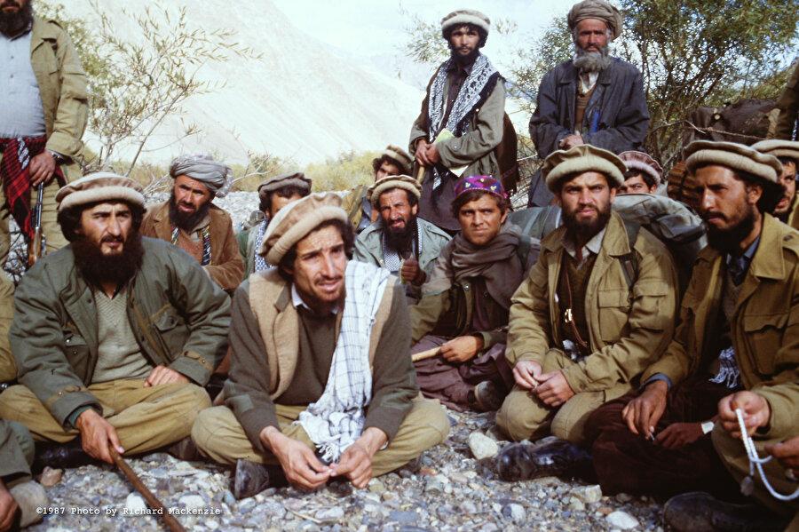 Batılılar tarafından ''Hindikuş'un Napolyon'u'' olarak takdim edilen Ahmed Şah Mesud (soldan ikinci) Afgan savaşının en ünlü simalarından biriydi.