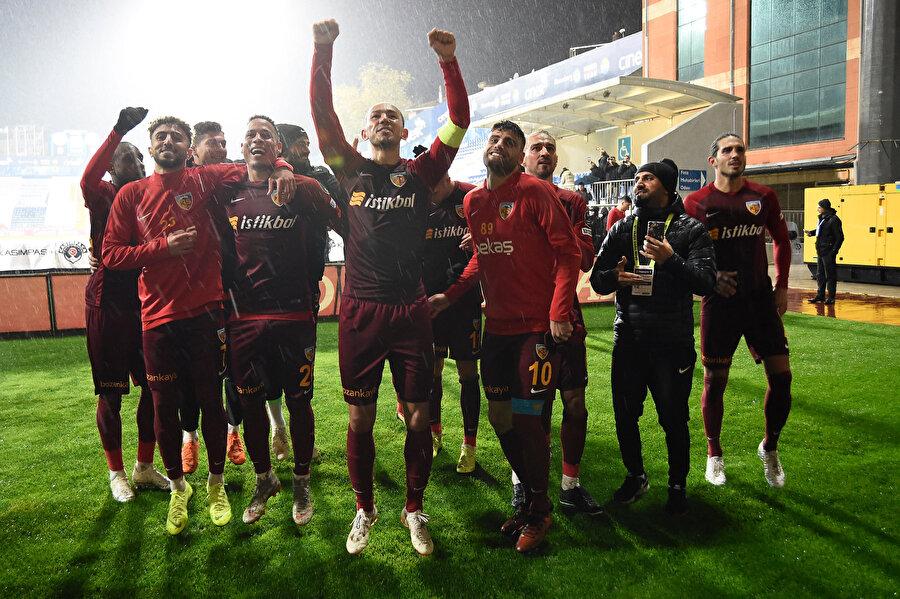 Kayserisporlu oyuncular galibiyeti taraftarları ile kutladılar.