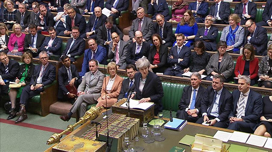 May, parlamenterlere Brexit oylamasının ertelendiğini açıkladı.