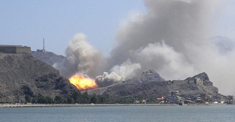 Güneydeki liman kenti Aden'de gerçekleşen bir bombalı saldırının görüntüsü...