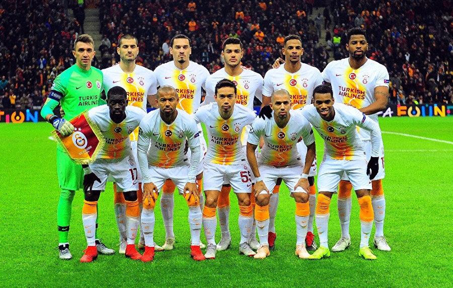 Galatasaraylı oyuncular maçtan önce takım fotoğrafı için poz verdiler.