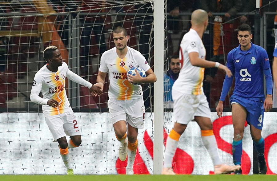 Kaçırdığı gollerden sonra büyük tepki gören Eren Derdiyok, attığı golden sonra da ıslıklarla protesto edildi.