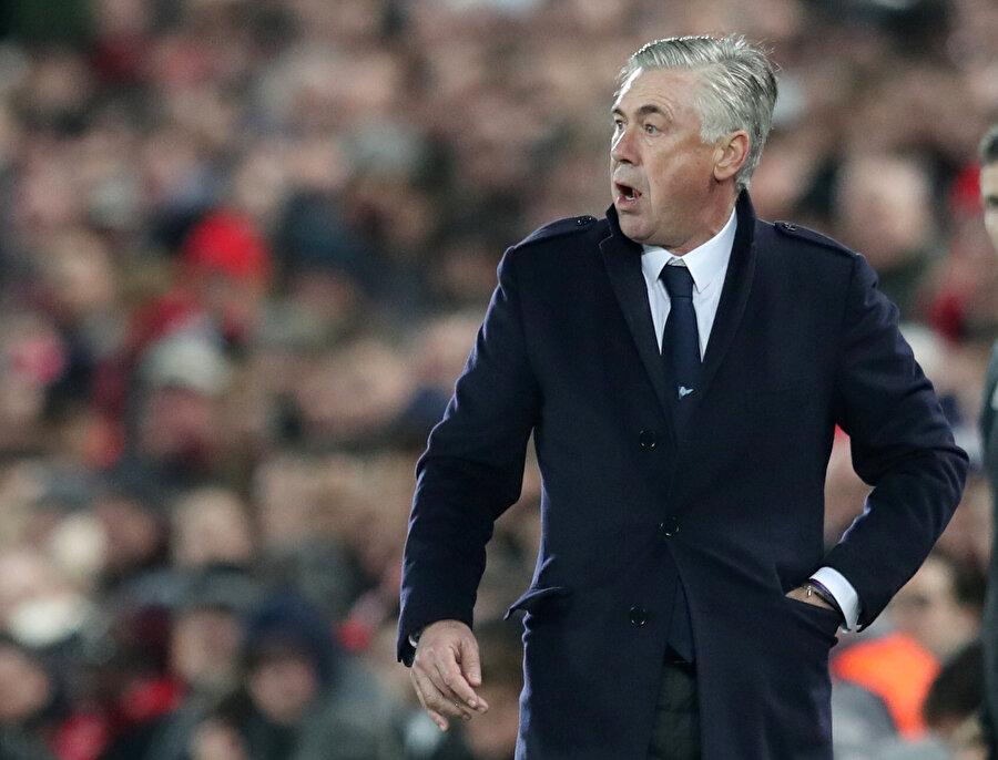 Napoli Teknik Direktörü Ancelotti saha kenarında gergin bir görüntü sergiledi.