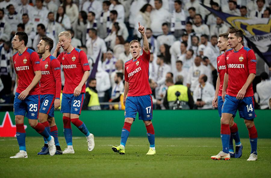 CSKA Moskova forması giyen oyuncuların gol sevinci.