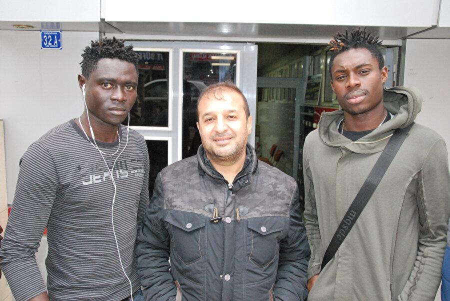Senegalli oyuncular objektiflere poz verdiler.