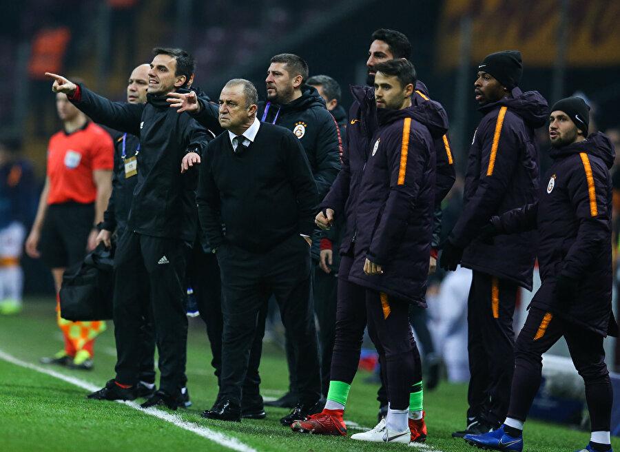 Fatih Terim ve kurmayları Porto maçını dikkatle izliyor.