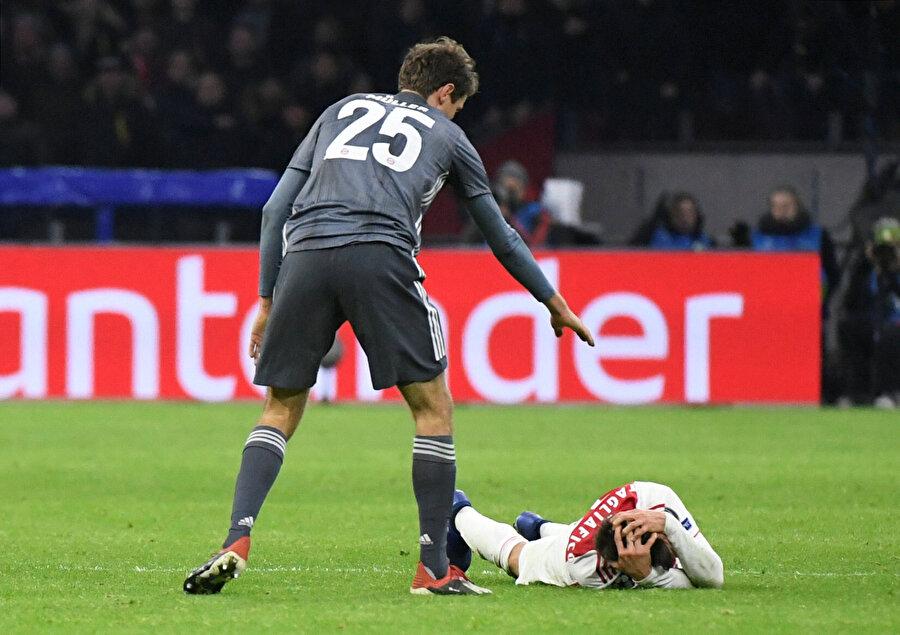 Müller'in yaptığı sert faul sonrası rakibi yerde yatıyor.