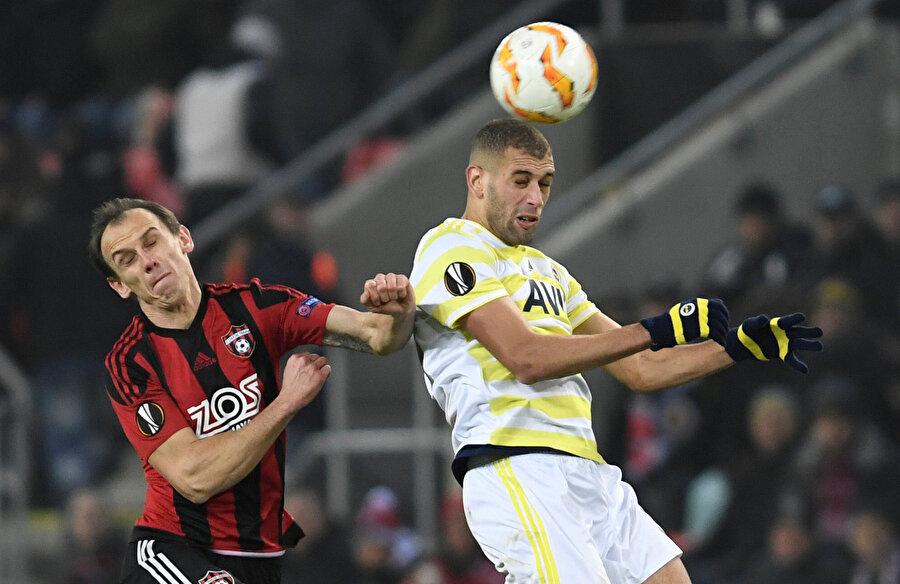 Fenerbahçe'de Slimani rakibiyle hava topuna çıkıyor.