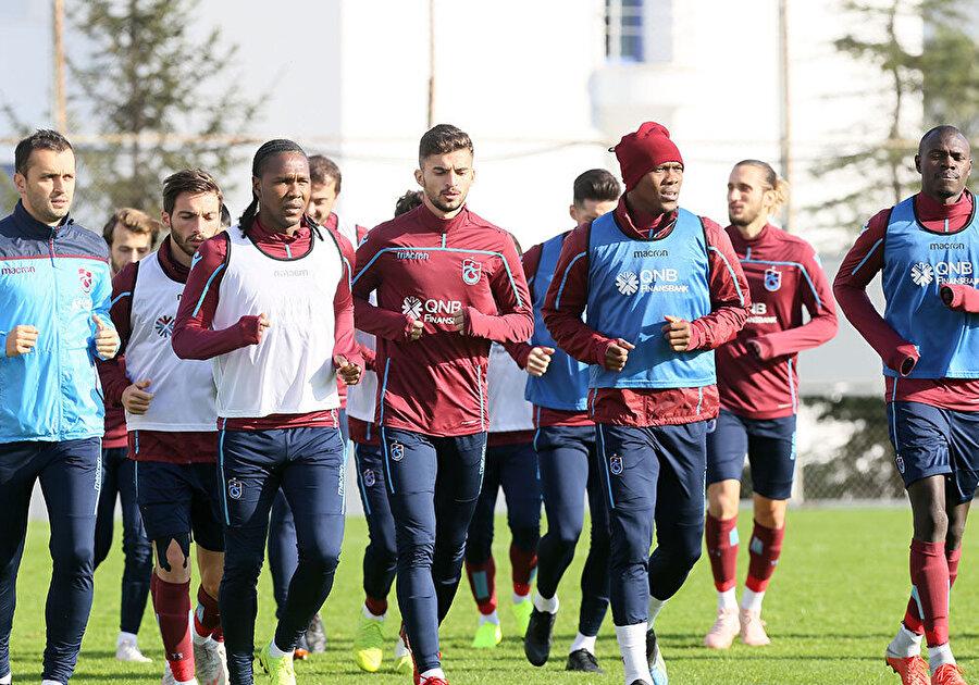 Trabzonsporlu oyuncular antrenmanda düz koşu yaparken...
