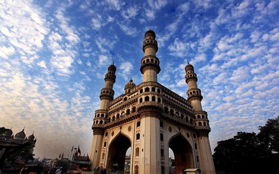 Charminar'ın, Muhammed Kuli'nin Bhagmati'yi ilk gördüğü yere inşa edildiği rivayet edilmektedir.