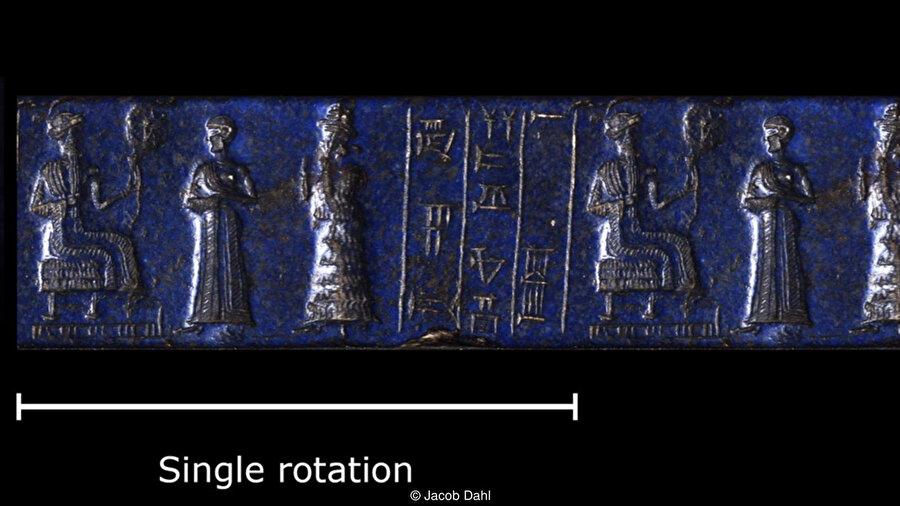 Üç boyutlu görüntüleme teknikleri, Lapis Lazuli'den yapılmış bu mühür gibi silindirik mühürlerin daha önce görülmemiş detaylarda incelenmesini sağlıyor. (Yukarıda görülen silindir şeklindeki mührün baskısıdır.)