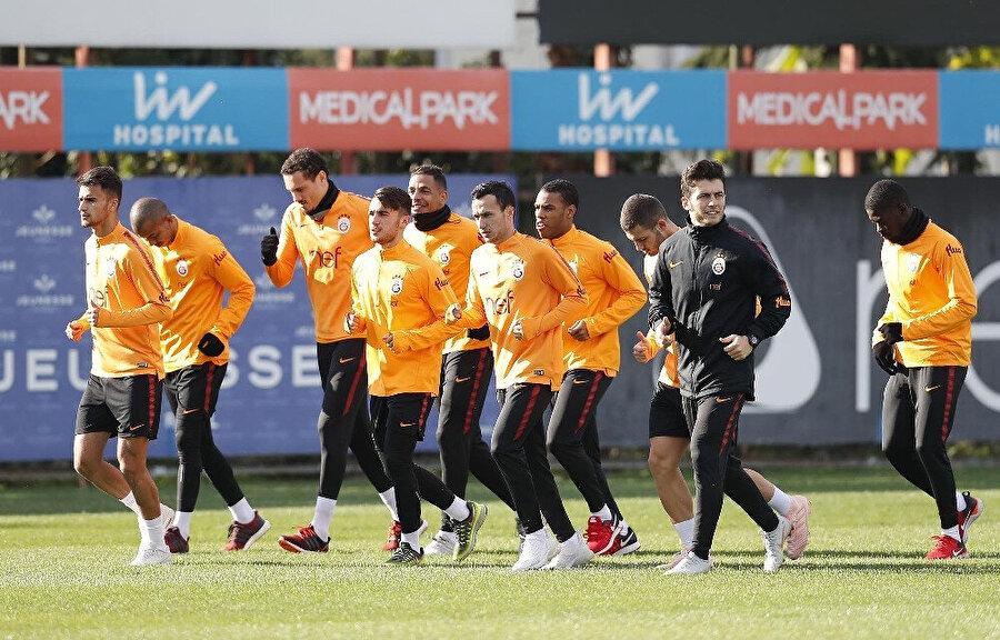 Galatasaraylı oyuncular antrenmanda düz koşu yaparken...