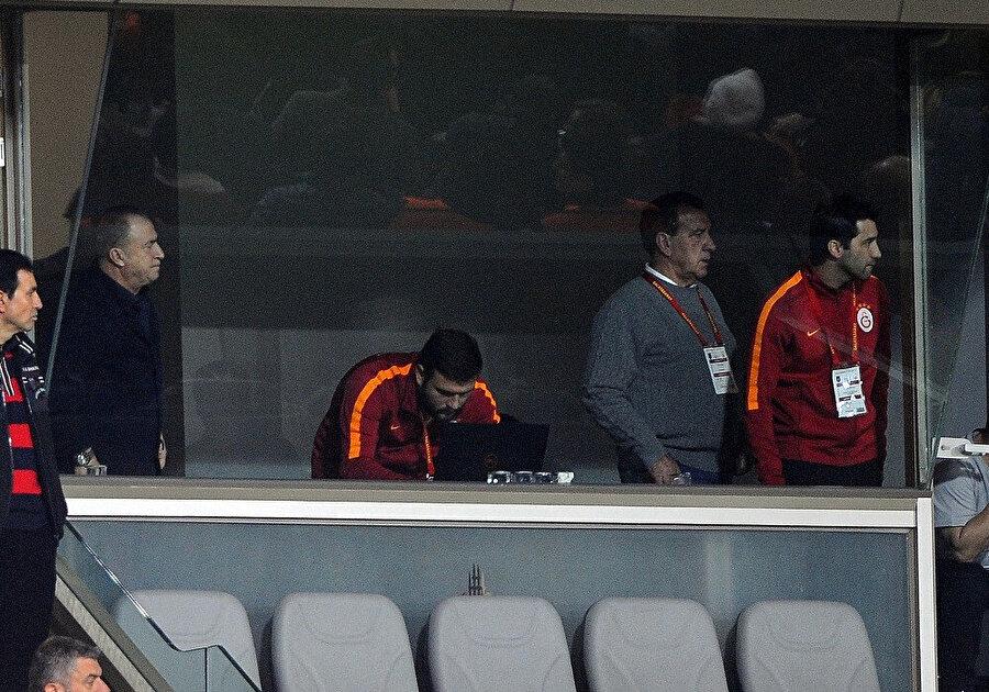Fatih Terim, kendisiyle birlikte Fenerbahçe maçından sonra ceza alan Hasan Şaş'la birlikte locadan maçı izliyor...