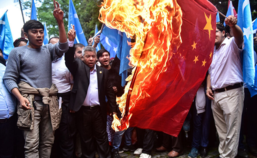 Çin bayrağını yakan Doğu Türkistanlılar