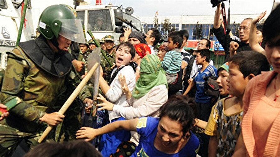 Çinli askerler saldırılarında çocuk kadın ayrımı yapmıyor.