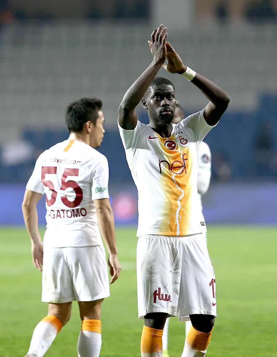 Maçın ardından Senegalli orta saha, taraftarın sevgi gösterisine cevap veriyor...