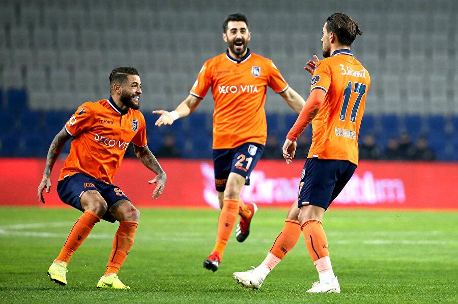 İrfan Can Kahveci ve arkadaşları gol sevinci yaşıyor...
