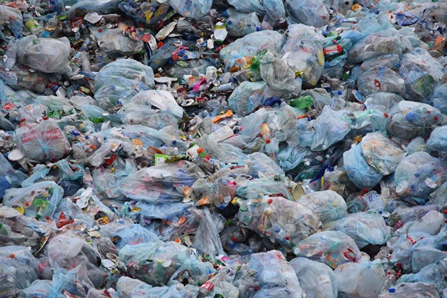 Çöplerin büyük bir kısmını doğada zor kaybolan plastikler oluşturuyor.