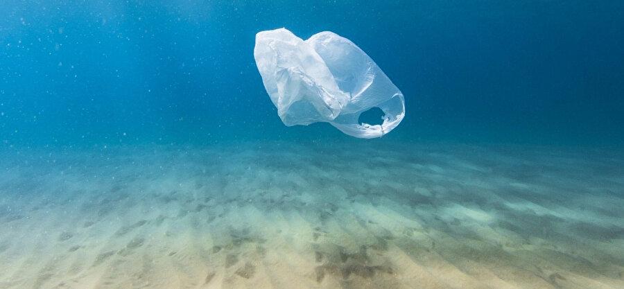 Plastik poşetler, rüzgar ve akıntılarla okyanuslara taşınıyor.