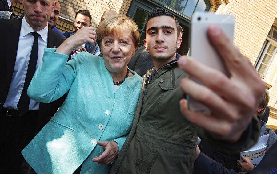 Başbakan Angela Merkel, mültecilerle ilgili politikalarında tutarsız olmakla suçlanıyor.