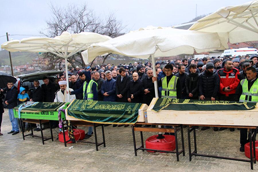 Adli Tığ Kurumu'ndan alınan 3 kardeş için köy meydanında cenaze namazı kılındı.