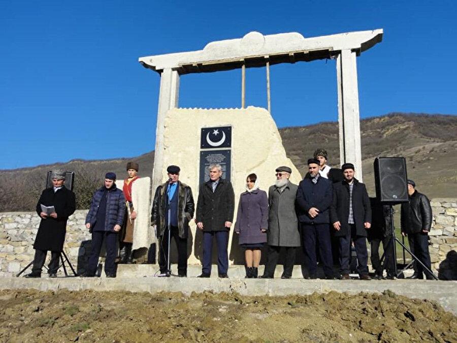 Anıtın açılış törenine Kumuklar dışında farklı milletlerin temsilcileri de katıldı