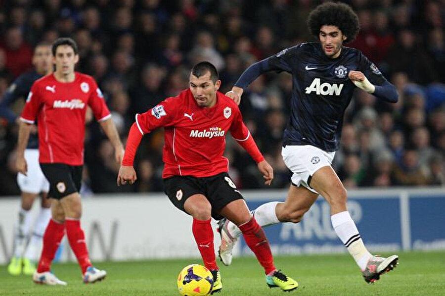 Gary Medel Cardiff City formasıyla, Manchester United'lı rakibi Fellaini ile mücadele ederken.