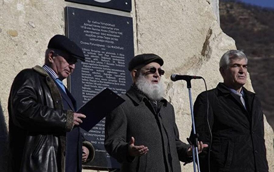 Anıtın açılışında şehitler için dualar edildi.
