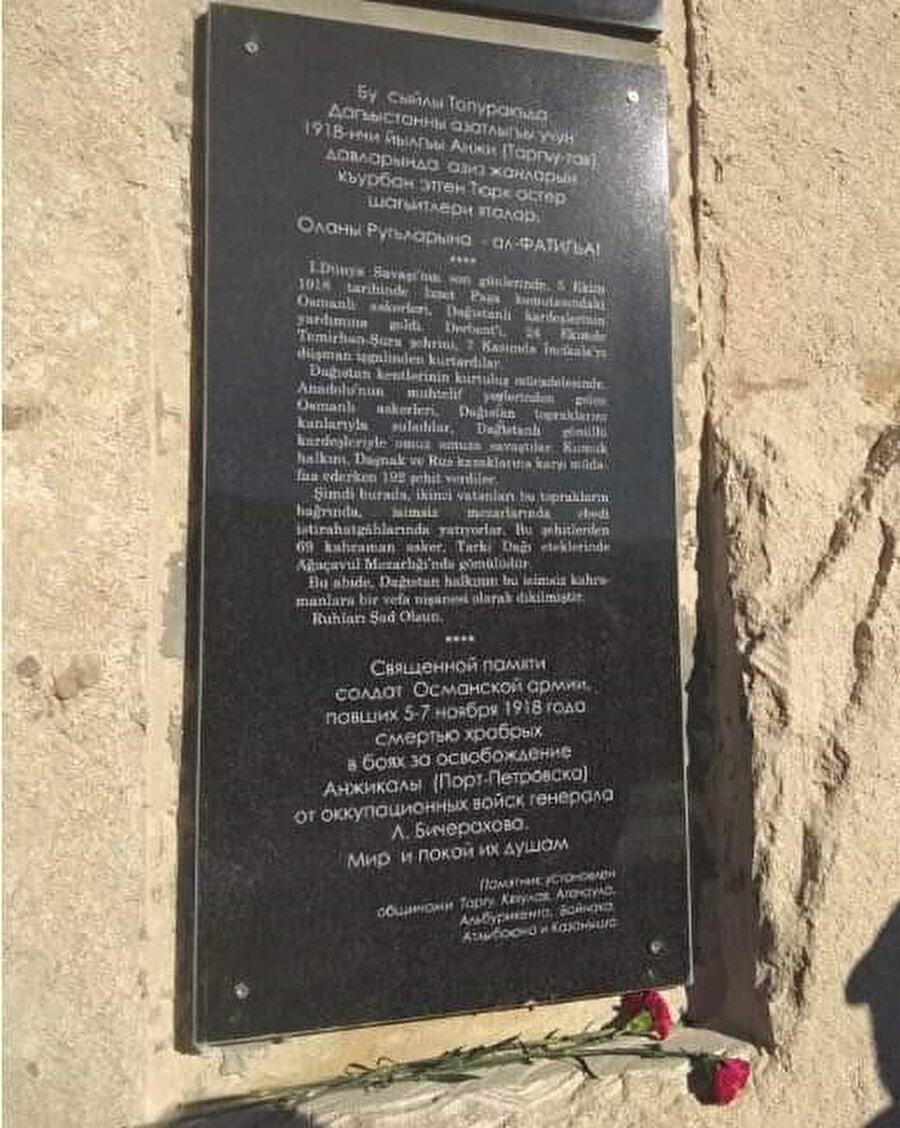 Anıt ön yüzünde hilal-yıldız simgesi bulunan iki siyah mermer levha ve Kumukça, Türkçe, Rusça üç dilde metinlerden oluşuyor